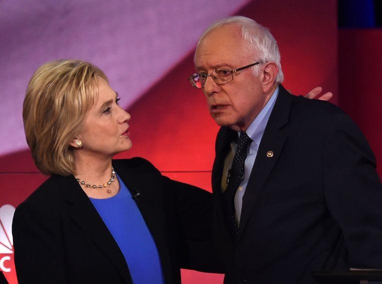 Clinton en Sanders zondag in het laatste Democratische debat voor de stemming in Iowa. Tot verbazing van Sanders, werden de vier Democratische debatten gehouden op tijdstippen waarop tv-kijkers vooral naar sportwedstrijden kijken. Beeld null