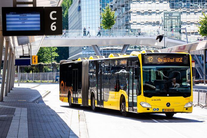 Een bus van u-ov op Utrecht Centraal.
