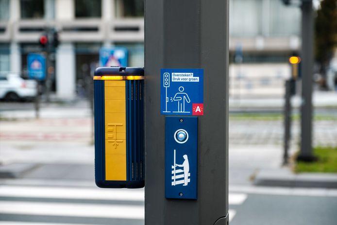 Vanaf 23 oktober zal de stad Antwerpen een bijkomende knop installeren bovenop op de drukknoppen aan verkeerslichten aan kruispunten op stadswegen. Hierdoor zullen de drukknoppen verder uitsteken en kunnen fietsers en voetgangers deze gemakkelijk bedienen met de elleboog. Schepen Koen Kennis.