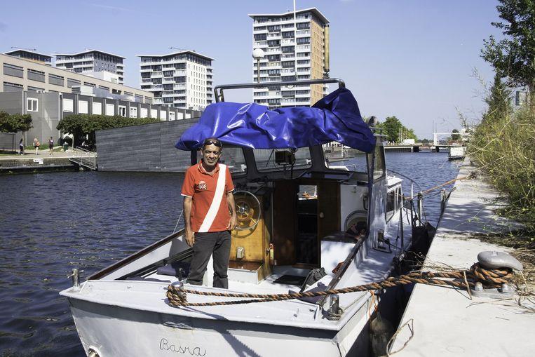 Munther op zijn opgeknapte boot, geknipt en klaar voor vertrek naar Irak. Beeld Frans Ohm