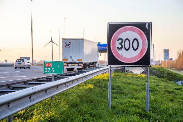 Onbekenden hebben op de A2 bij Abcoude een verkeersbord aangepast