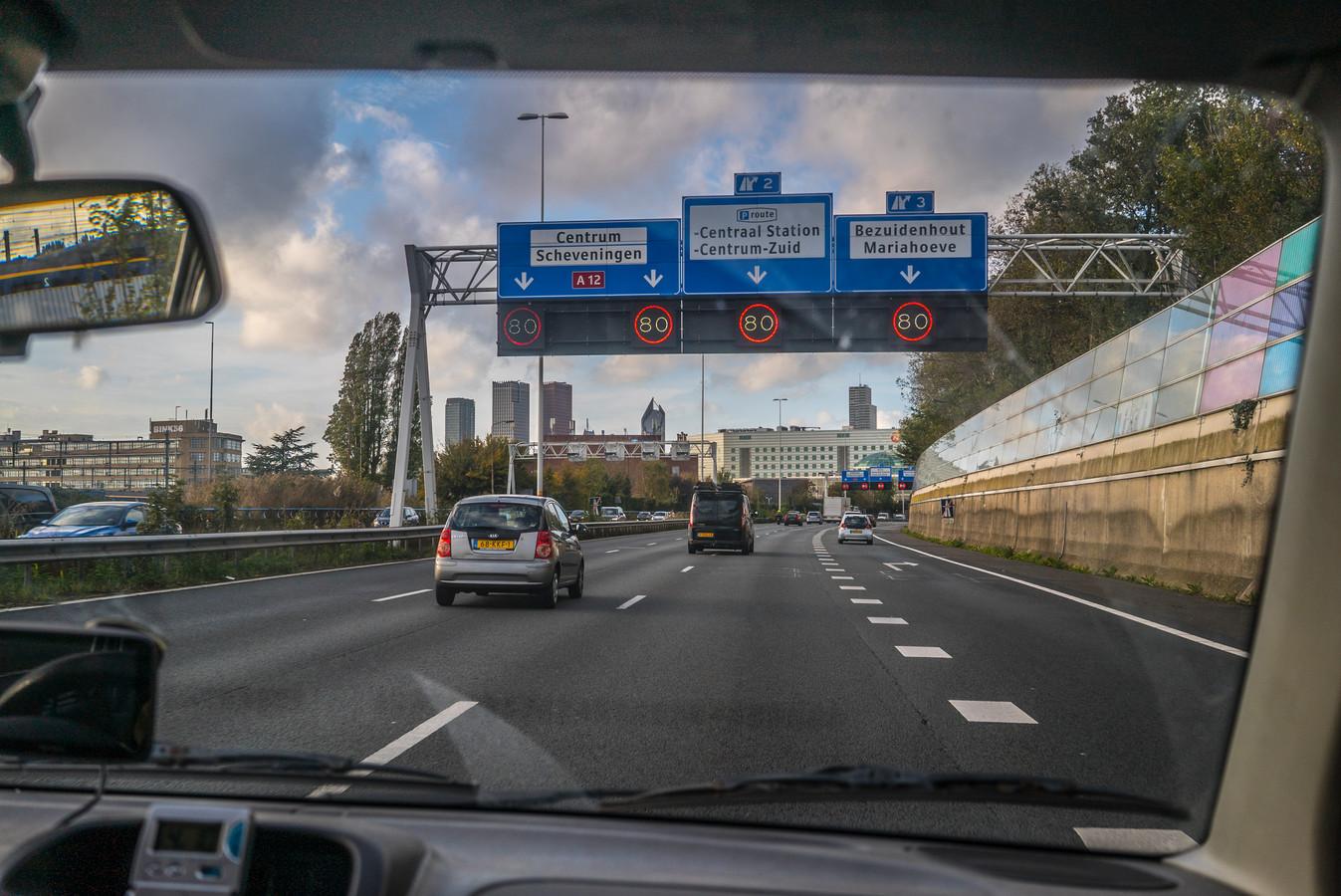 De A12 richting Den Haag kent een variatie aan snelheidslimieten. Leidschendam-Voorburg pleit voor standaard 100 km.