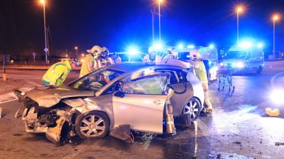 Drie zwaargewonden na crash op rotonde R2