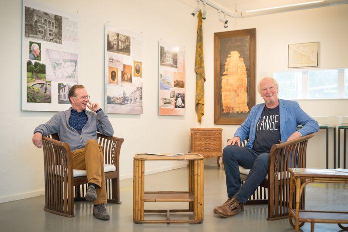 Organisator Jan Schakel (rechts) en Enrico van de Bogaard van de Historische Vereniging Oud Wageningen.