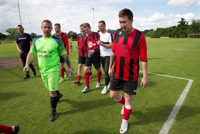 Het is afgelopen. Spelers van SVDW lopen voor het laatst het veld af. De shirts tonen voor de gelegenheid de periode dat de club bestaan heeft.