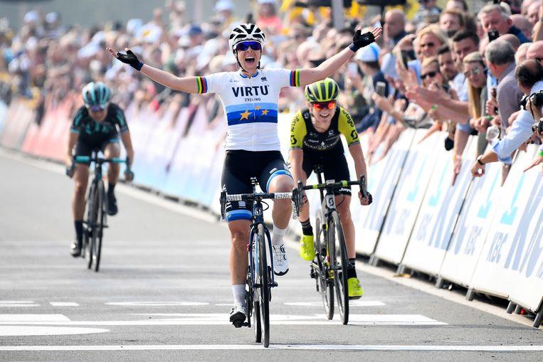 Van Vleuten (r) legt het in de sprint net af tegen de Italiaanse Marta Bastianelli. Beeld BELGA