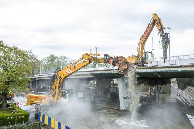 Het heeft enige tijd geduurd, maar dit weekend konden de machines eindelijk hun tanden in het beton van de Philipsbrug zetten.