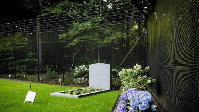 Het graf van prins Friso op het kerkhof van de Stulpkerk