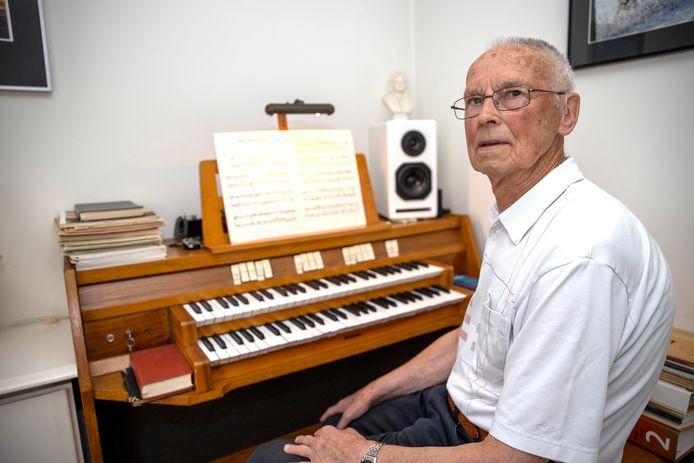 Kees Heijligers met het door zijn broer gemaakte orgel.
