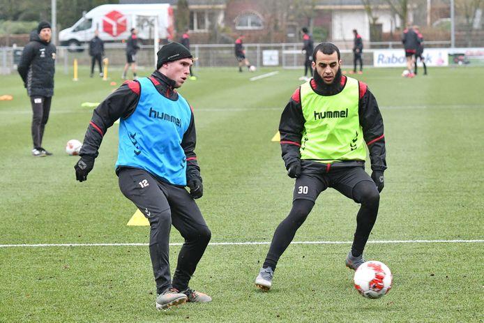 Martijn Berden (links) en Soufyan Ahannach (rechts) bereiden zich voor op de wedstrijd tegen Volendam, in een laatste training.