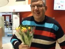 Han uit Haaksbergen verrast zijn 'mede-plakker' met een bloemetje