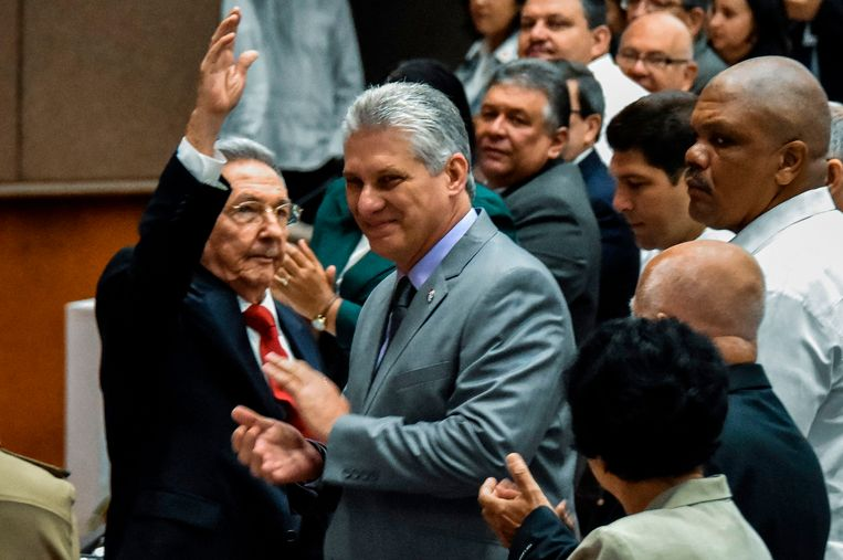 TOPSHOT - Cuban President Raul Castro (L) waves next to First Vice-President Miguel Diaz-Canel (C) during a National Assembly session that will select Cuba's Council of State ahead of the naming of a new president, in Havana on April 18, 2018. Cuban President Raul Castro steps down Thursday, passing the baton to a new generation in a transition that brings to a close the Castro brothers' six-decade grip on power. The 86-year-old has been in power since 2006, when he took over after illness sidelined his brother Fidel, who seized power in the 1959 revolution. / AFP PHOTO / STR Beeld null