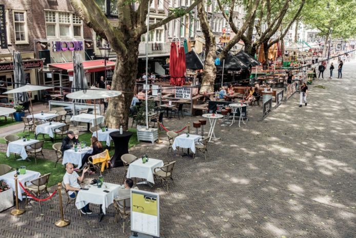 Het Thorbeckeplein in het centrum lijkt wel één groot terras.
