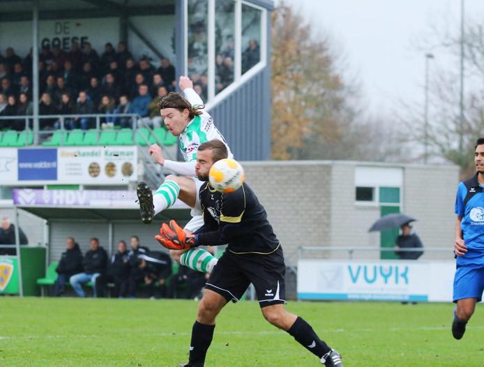 Jeroen de Jonge maakt de 1-0 namens Kloetinge in de topper tegen LRC Leerdam.
