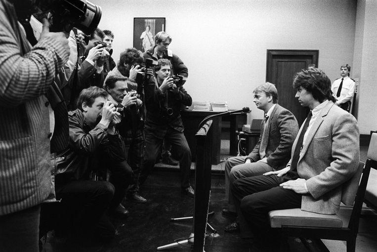 Voor het begin van het proces tegen de Heineken ontvoerders Willem Holleeder en Cor van Hout (l) dringen fotografen voor een plekje rond de beklaagdenbank. 22 januari 1987.   Beeld Hollandse Hoogte / Peter Elenbaas