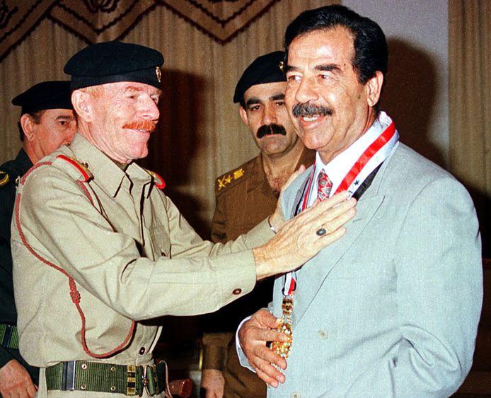 Ezzat Ibrahim Al-Douri (links) met dictator Saddam Hoessein.