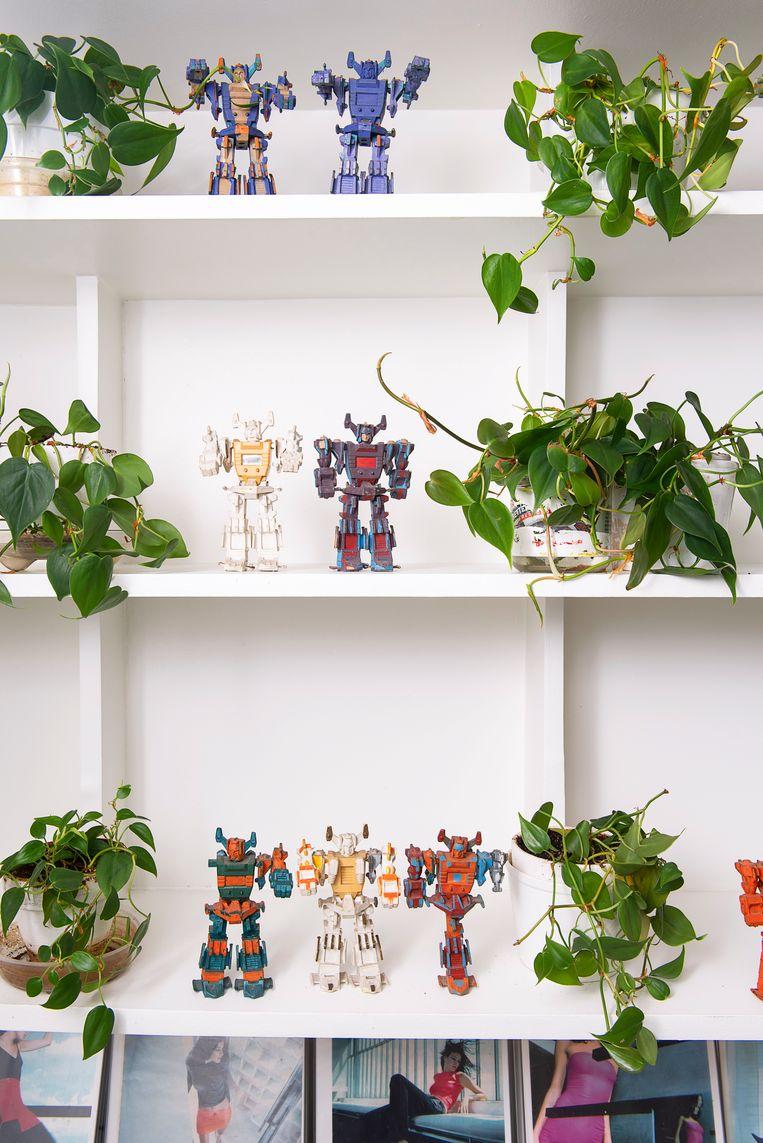 Robots 'Paul en ik vonden deze speelgoedrobots bij een apothekerswinkel in Mexico-Stad. Ze waren allemaal spierwit, Paul heeft ze geverfd op luie zondagmiddagen. Hij had er oog voor, hij ziet schoonheid in normale objecten.' Beeld Els Zweerink