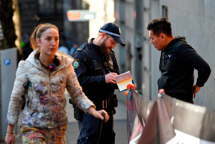 De politie doet onderzoek en hoort omstanders.