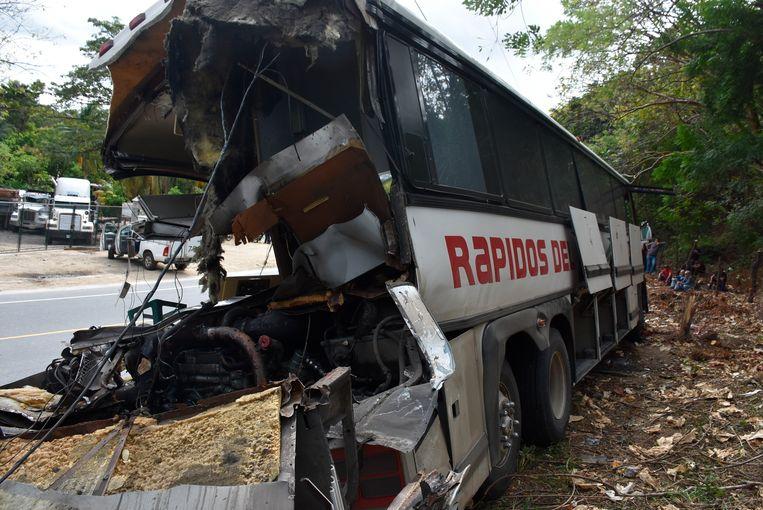 Het wrak van de bus, waar een vrachtwagen achterop inreed.