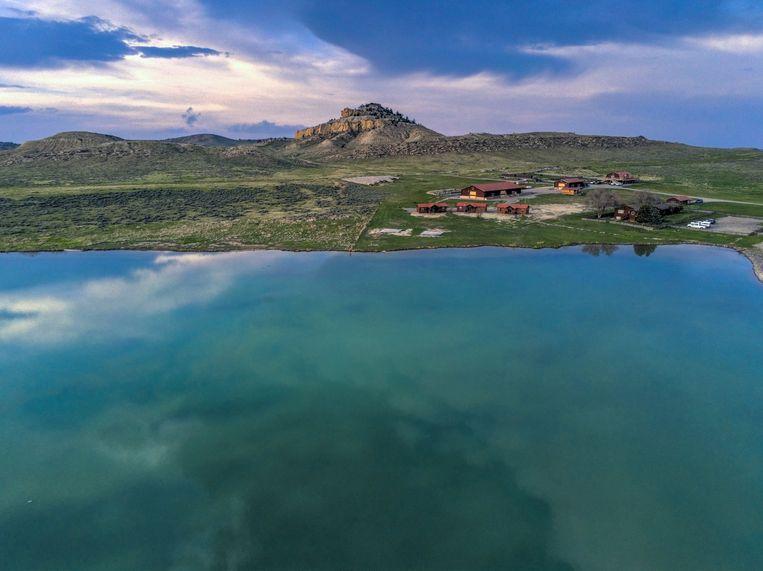 De ranch ligt vlakbij het meer.