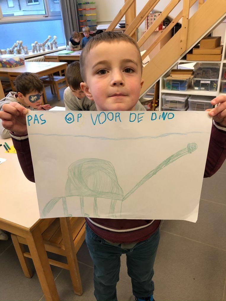 De kinderen van basisschool De Akker in Egem zitten met een ontsnapte dinosaurus en maakten affiches om de bevolking te waarschuwen.