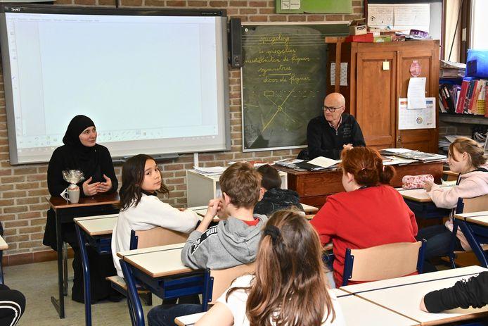 De leerlingen van het zesde leerjaar maakten kennis met het Russisch. Lubov Kotikova, de mama van tweeling Ibrahim en Hadidja, las een verhaal voor in haar moedertaal en de leerlingen mochten ook nog vragen stellen.