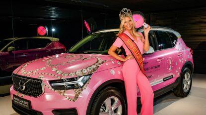 Miss België neemt roze droomauto in ontvangst en komt zo eindelijk nog eens in het publiek