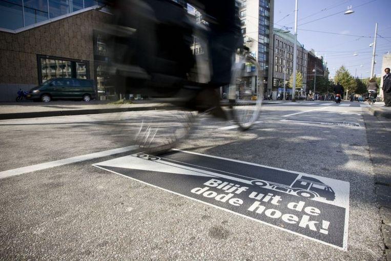 Sinds eind augustus is de campagne 'Blijf uit de dode Hoek' gestart. Op verschillende plaatsen in Nederland verschijnen waarschuwingen op het wegdek. Foto GPD/Emiel Muijderman Beeld