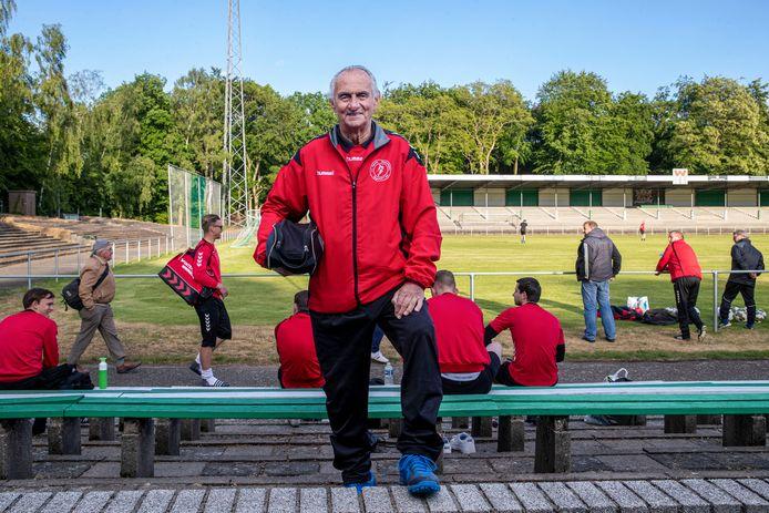 Verzorger Frans van Ernst op Wageningse Berg waar het eerste elftal van ONA'53 traint.
