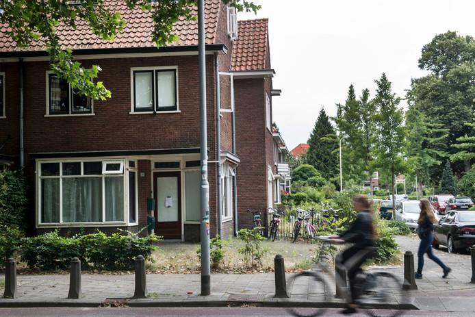 Een voormalig winkelpand aan de Groenestraat in Nijmegen is inmiddels verbouwd voor kamerbewoning. Steeds meer panden in Nijmegen worden 'verkamerd'