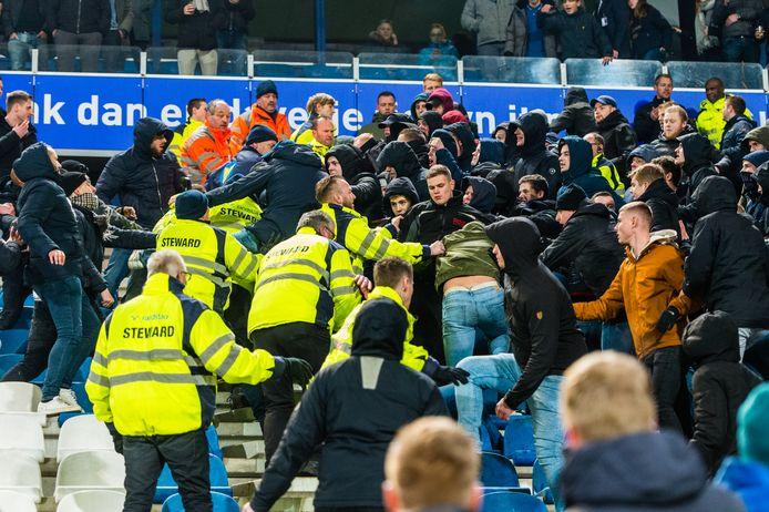 Onrust op de tribune in Heerenveen tijdens het duel met Feyenoord.
