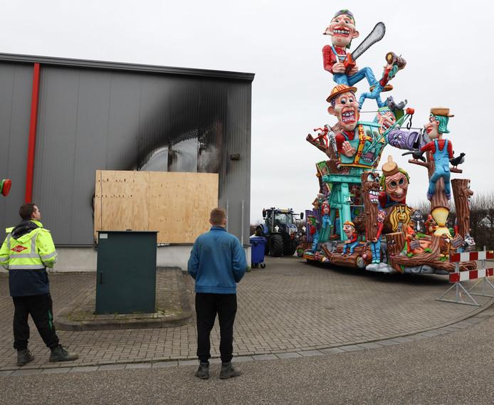 Het zit dit jaar niet mee met de Hulster carnaval , eerst brand in de bouwloods (links) en nu de storm.