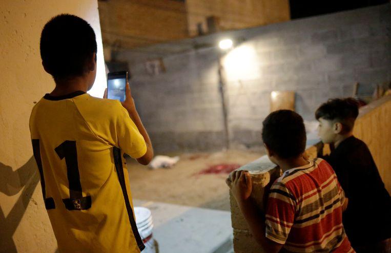 Kinderen kijken naar de plaats delict in Ciudad Juarez.