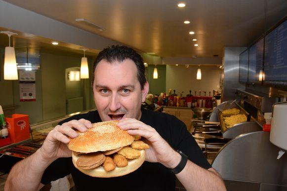 Robby Marin met zijn 'Wiel van Stekene', goed voor 250 gram brood en 300 gram frituurvlees.