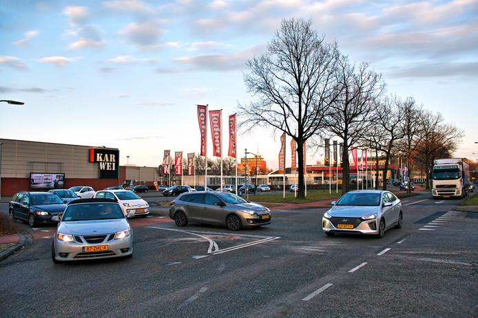 Op de kruising van de Europaweg (de weg die van linksonder tot rechtsboven door het beeld loopt) en de Meerstoel (weg links in beeld) in Oosterhout is het in de avondspits vaak flink druk.