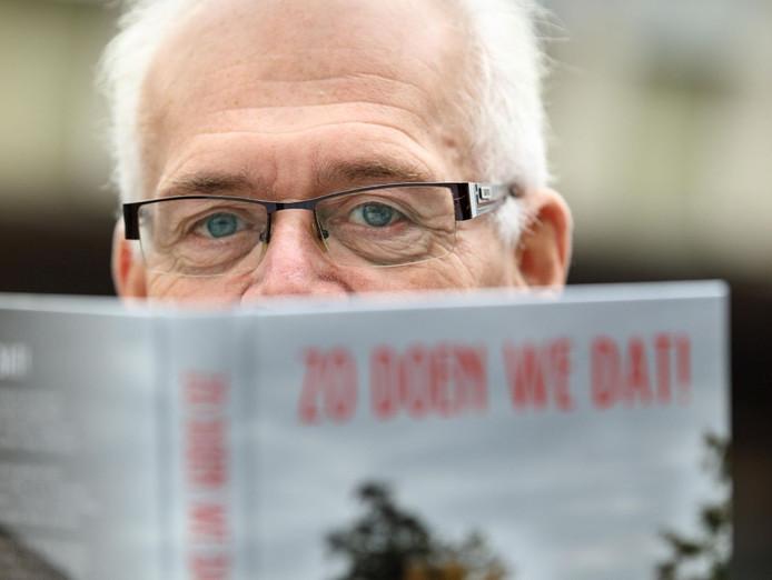 Joop Alssema (67) was 14 jaar burgemeester van Staphorst. In zijn boek 'Zo doen we dat!' blikt hij openhartig terug. (foto-detail)