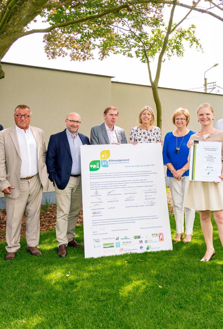 Burgemeester Luc Dupont (in het midden) bij de ondertekening van het Klimaatplan Zuid-Oost-Vlaanderen. Worden de streefdoelen ook bereikt?