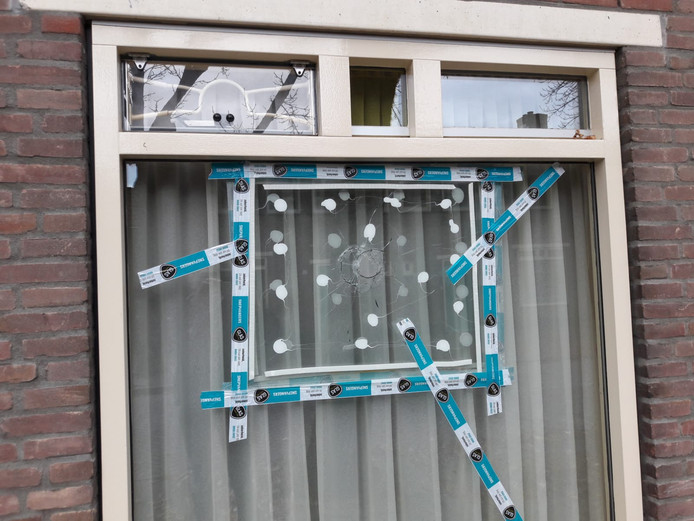 Het raam van de woning van de 76-jarige Tilburgse is provisorisch afgesloten.