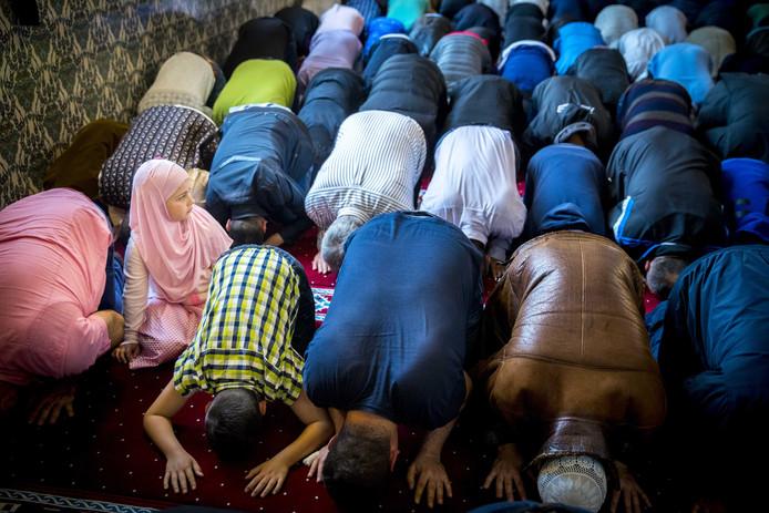 2018-06-15 05:30:17 ROTTERDAM - Moslims komen samen voor het ochtendgebed in de Mevlana Moskee ter afsluiting van de vastenmaand Ramadan. De afsluiting wordt gevierd met het Suikerfeest. Veel moslims gaan na het gebed in de moskee bij familie op bezoek, eten zoetigheid en geven elkaar cadeaus. ANP JERRY LAMPEN