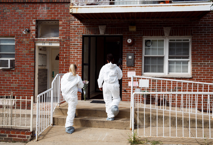 De politie bij het gebouw in Astoria waar Olthof om het leve kwam.