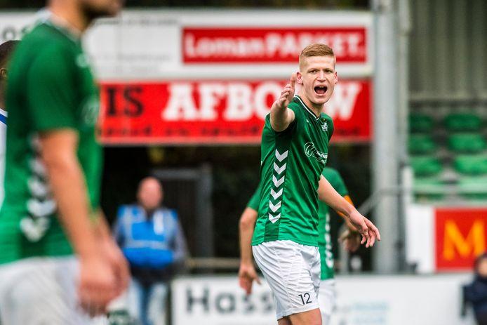 Mika Schrijver laat zich gelden tijdens de wedstrijd van HSC'21 tegen FC Lienden (1-1).