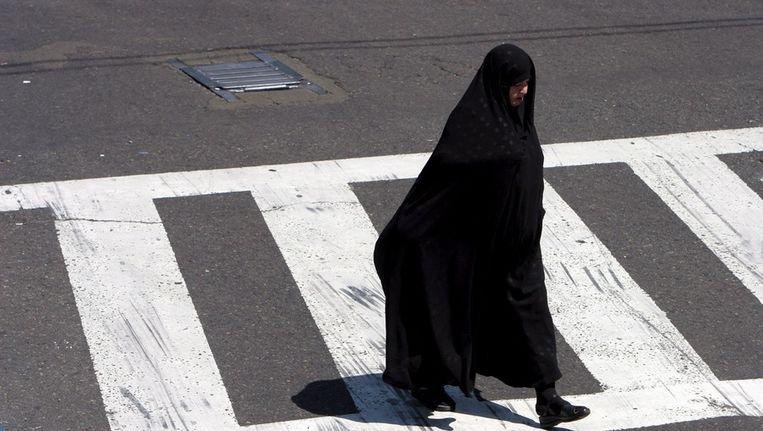 Een Iraanse vrouw. Omdat de bruidsschat te duur wordt, gaan veel Iraniërs liever kortdurende verbintenis aan. Beeld epa
