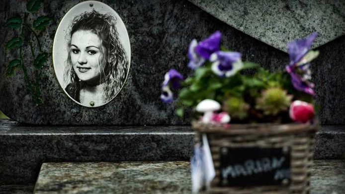 Verse bloemen die maandag bij het graf van Marianne Vaatstra zijn neergelegd.
