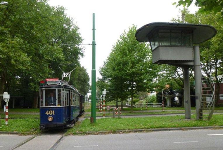 Een Amsterdamse tram bij de ingang van het Amsterdamse Bos Beeld www.museumtramlijn.org
