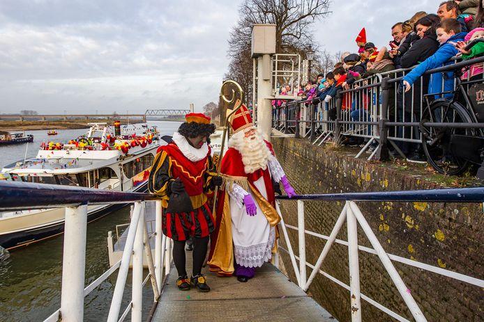 Archieffoto van de Sinterklaasintocht in Deventer in 2018. Toen ging het vooral over de nukkige Amerigo, de schimmel van de goedheiligman.