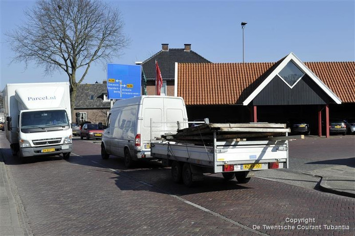 Verkeer rijdt over het Oosteinde in Vriezenveen van en naar de op- en afrit met de N36.