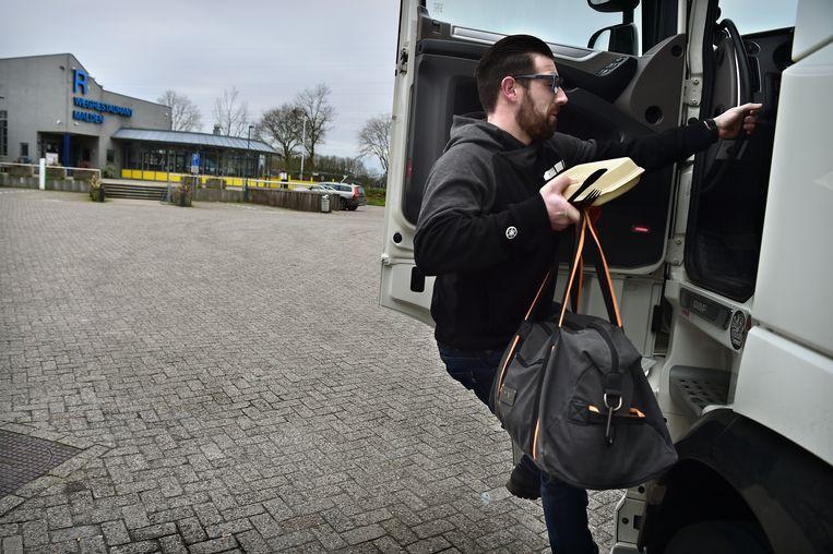 ... klimt met zijn net bestelde uitsmijter zijn cabine in... Beeld Marcel van den Bergh