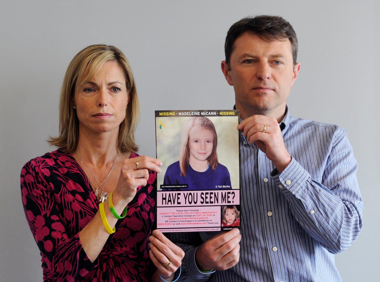 Kate en Gerry McCann in mei 2012 met een door de computer gegenereerd beeld van Madeleine   Beeld EPA