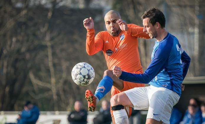 De 38-jarige Karim El Barkaoui van OSC'45 (li) is hier Maarten van der Linden van Boskant de baas.