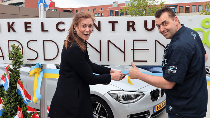 Tara Steger (OCP vastgoed) en Rob Hoorweg (voorzitter winkeliersvereniging) openen de nieuwe parkeerplaatsen bij winkelcentrum Stadsdennen.